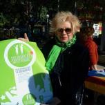 Mostra de suport de la polifacética Núria Feliu amb els Bastoners Solidaris